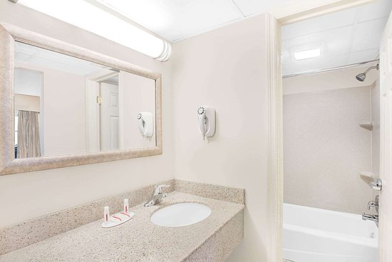 Springfield - Delaware County, PA: Guest room bath