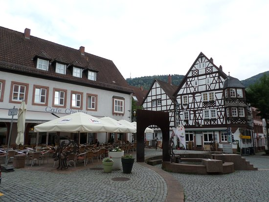 Annweiler am Trifels, Germany: Chelini ice cream parlour on picturesque Annweiler market square