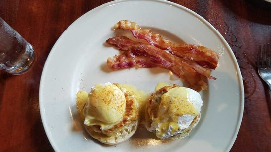 Clyde's Willow Creek Farm: Eggs on English muffins relaxing on a crabcake bed and crispy bacon