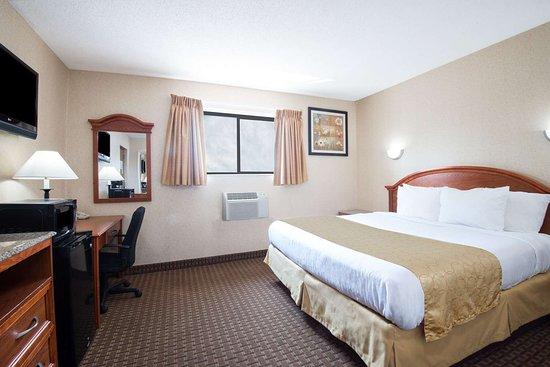 Copiague, NY: 1 King Bed Room