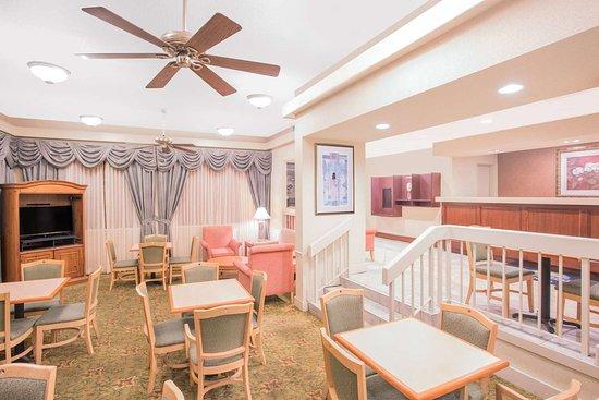Days Inn by Wyndham Dothan : Lobby