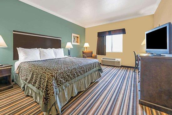 Rockdale, TX: 1 King Bed Room
