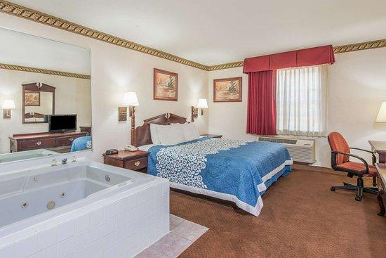 ברלין, ניו ג'רזי: 1 King Bed Hot Tub Suite