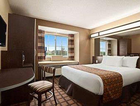 Microtel Inn & Suites by Wyndham Marion/Cedar Rapids: Standard One Queen Bed Room