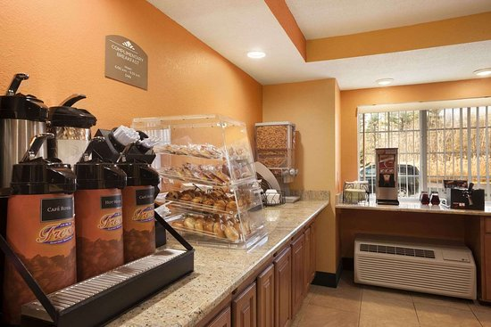 Microtel Inn by Wyndham Albany Airport: Breakfast View