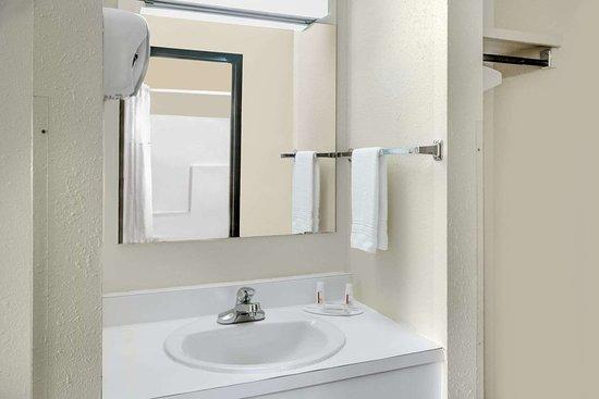 Jackson, OH: Guest room bath