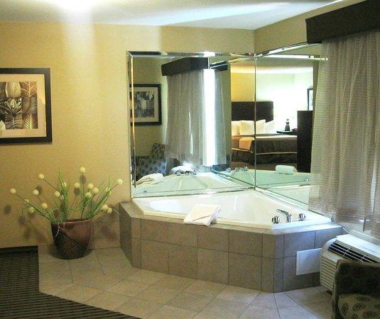 Oakdale, LA: Guest Room with Whirlpool