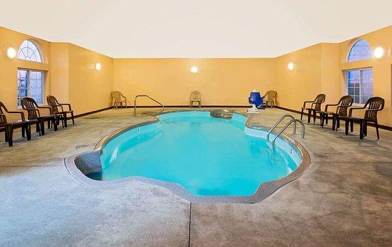 Microtel Inn & Suites by Wyndham Joplin : Pool
