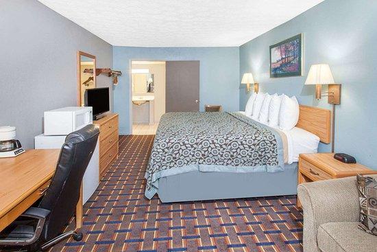 Days Inn by Wyndham Farmer City: Guest room