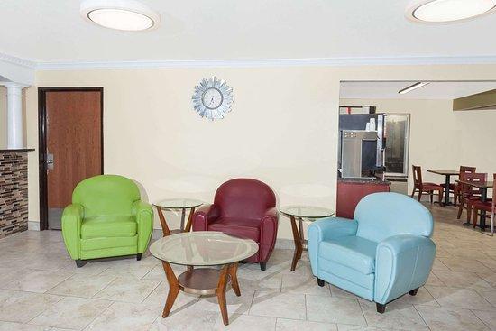 Days Inn by Wyndham Springfield: Lobby