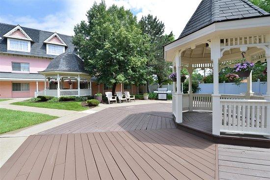 Allen Park, MI: Outdoor Courtyard