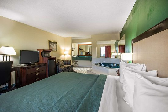Byron, جورجيا: Spacious guest room with flat-screen television