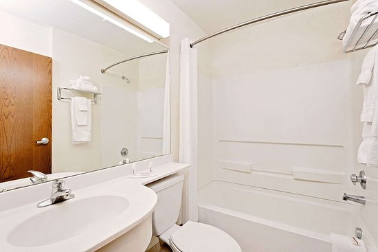 Microtel Inn & Suites by Wyndham Middletown: Guest room bath