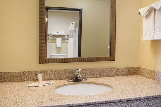 Evansdale, IA: Guest room bath