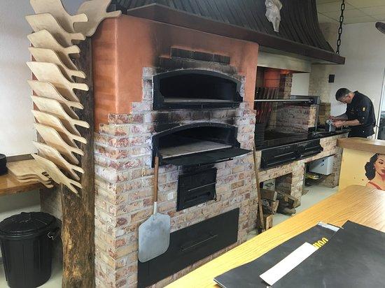 Sasbach, Allemagne : Uriger Holzofen für Flammkuchen und großer Holzgrill für unsere irischen Weiderindersteaks.