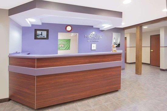 Microtel Inn & Suites by Wyndham Manistee: Lobby