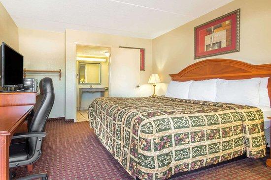 Shorter, AL: 1 Double Bed Room