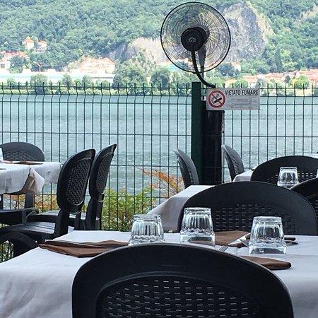 Garlate, Italien: La vista dai tavoli a lago. Finalmente un ristorante in cui è vietato fumare anche all'aperto!