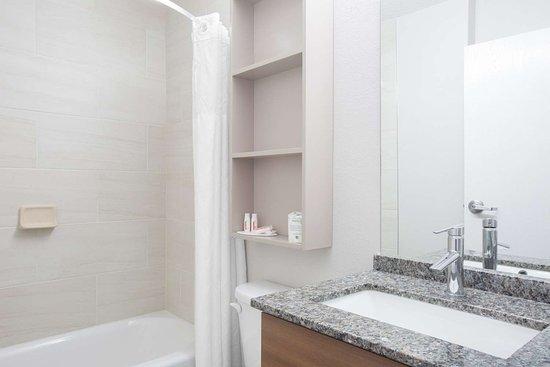 Gardendale, AL: Guest room bath
