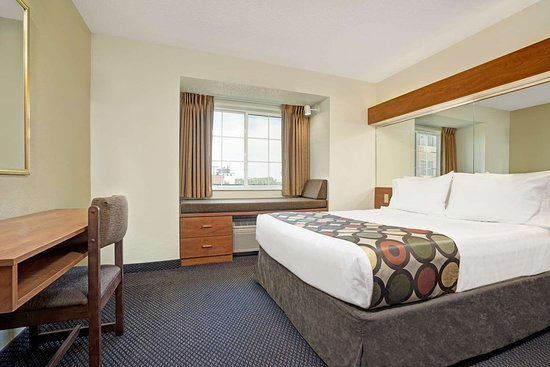Inver Grove Heights, MN: 1 Queen Bed Suite