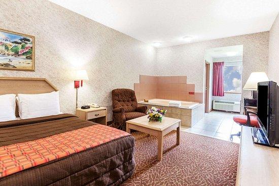Weedsport, NY: 1 Queen Bed Hot Tub Suite