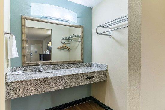 Kenly, NC: bathroom