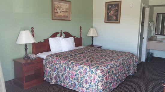 Claxton, GA: Standard Room with King Bed