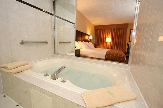 Ramsey, NJ: Whirlpool Guest Room
