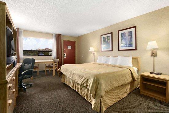 Days Inn by Wyndham Oklahoma City Fairground: 1 King Bed Room