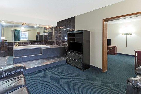 Days Inn by Wyndham Oklahoma City Fairground: Hot Tub Suite