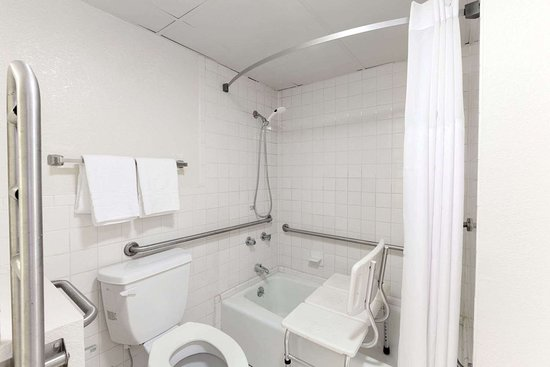 Days Inn by Wyndham Oklahoma City Fairground: ADA Bathroom