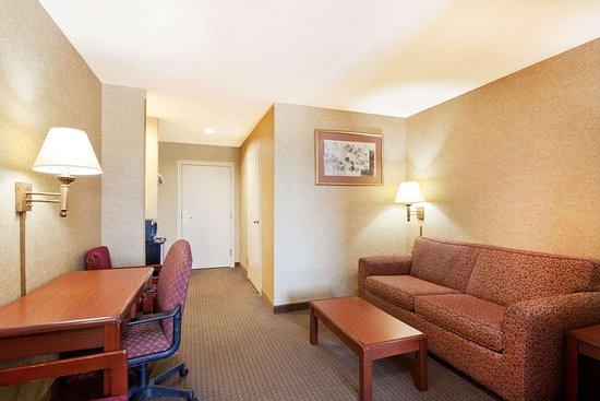 Days Inn & Suites by Wyndham Wynne: 1 King Bed Suite