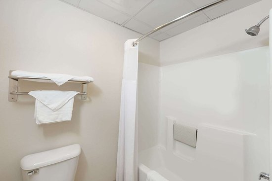 Days Inn by Wyndham Hotel Spencer IA: Guest room bath