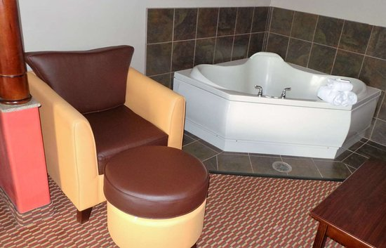 Melvindale, MI: King Suite With Jacuzzi