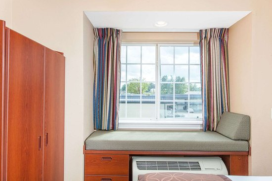 Microtel Inn & Suites by Wyndham Rogers: Guest room