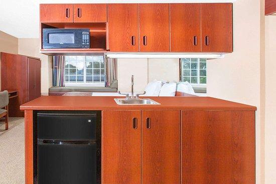 Microtel Inn & Suites by Wyndham Rogers: Suite