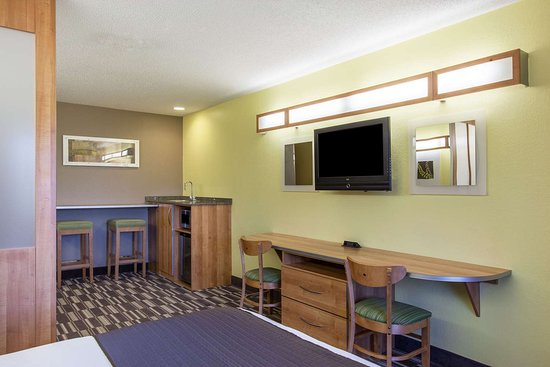 Microtel Inn & Suites by Wyndham Johnstown: Guest Room Living Area