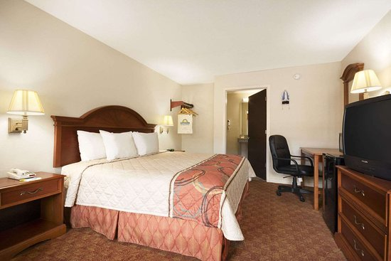 Days Inn by Wyndham Weldon Roanoke Rapids: Accessible 1 King Bed Room