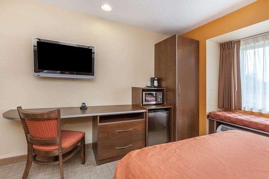 Microtel Inn & Suites by Wyndham Verona: 2 Queen Bed Room