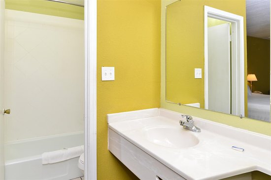 Princeton, KY: Guest Bathroom
