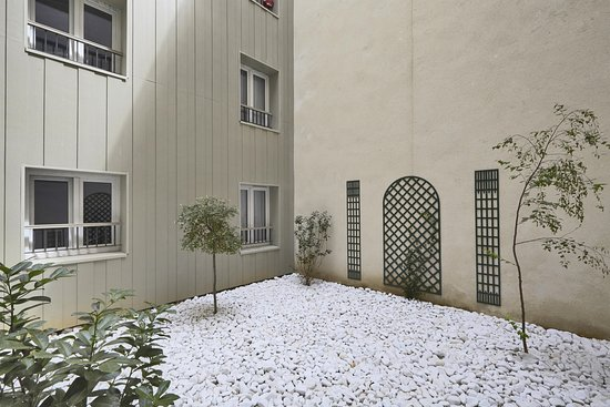 Kyriad Paris 18 - Porte De Clignancourt - Montmartre: Courtyard 2