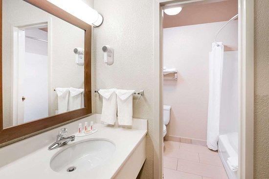 Days Inn by Wyndham West des Moines: Guest room bath