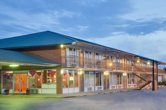 Days Inn by Wyndham Newport: Exterior