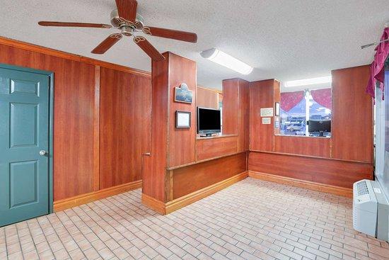 Days Inn by Wyndham Newport: Business Center