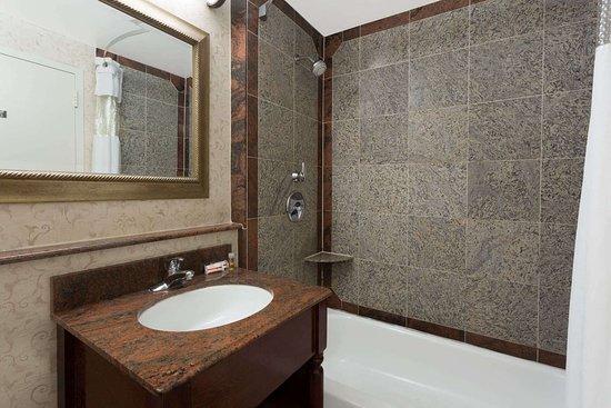 Days Inn by Wyndham Lanham Washington D.C: Bathroom