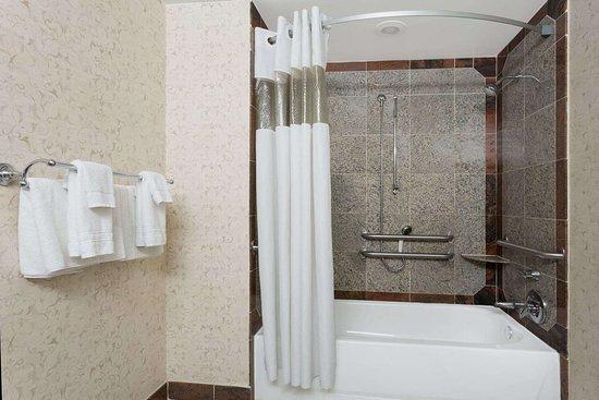 Days Inn by Wyndham Lanham Washington D.C: ADA Bathroom
