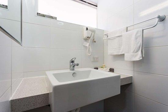 Country Comfort Amity Motel Albany: CAA Bathroom