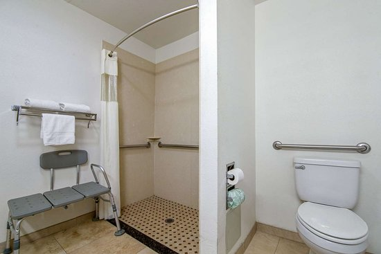 Adelanto, Kalifornien: Accessible bathroom in guest room