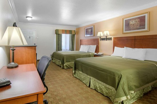 Adelanto, CA: Well-equipped guest room
