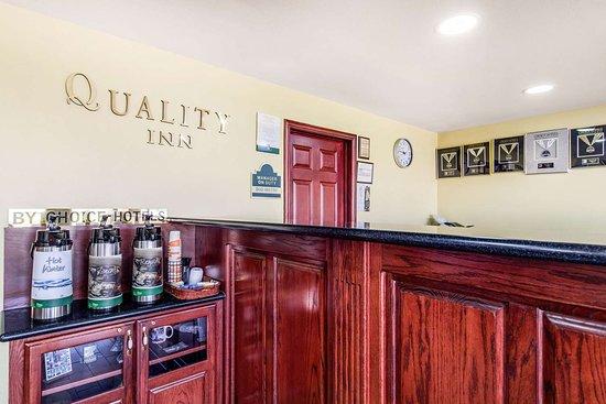 Quality Inn: Enjoy coffee in the lobby